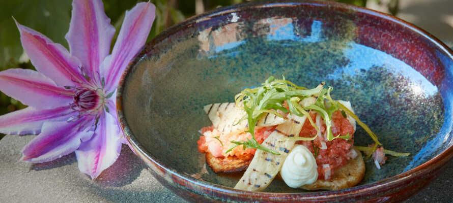 I hotellets fina restaurang kan ni avnjuta läcker mat som är tillagad på lokala råvaror.