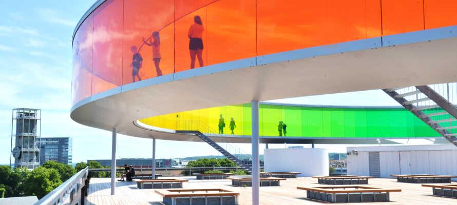 Gehen Sie doch einmal in den 'regnbuen' (Regenbogen), der sich in der architektonischen Perle, dem schönen, spannenden AroS Kunstmuseum befindet.