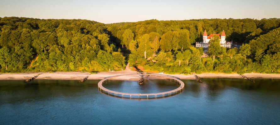 Gehen Sie einmal auf die innovative Kunstinstallation 'Den Uendelige Bro' (Die unendliche Brücke), die in die Aarhus Bucht hineinragt.