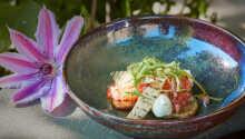 Das Restaurant serviert ausgesuchte Speisen, die mit lokalen Zutaten zubereitet werden.