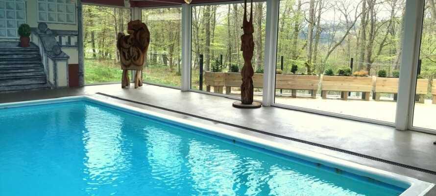 Nehmen Sie ein erfrischendes Bad im Innenpool und entspannen Sie in der gemütlichen Umgebung.
