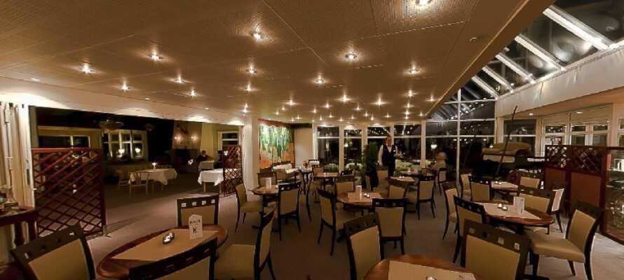Spis en god middag i den hyggelige restauranten og nyt et glass vin.