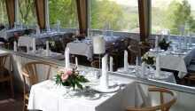 Hotellets trevliga restaurang med vacker utsikt