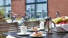 Spis god dansk mat på den trivelige terrassen
