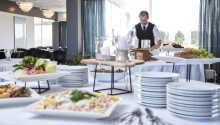 Restaurangen serverar en god dansk frukostbuffé och läckra rätter tillagade på lokala råvaror.