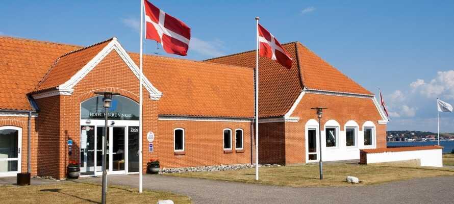 Hotel Nørre Vinkel har en fin beliggenhet i det naturskjønne området ved fjorden.