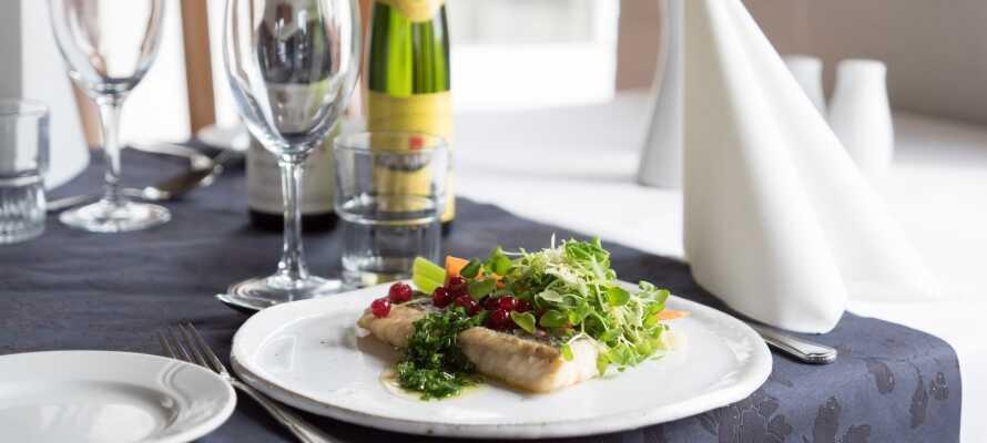 I restauranten kan i slappe af i charmerende rammer og nyde fortrinlig mad, der følger sæsonens råvarer,