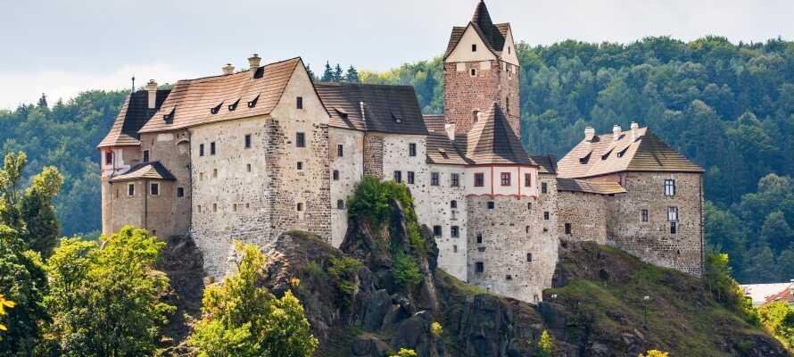Dra på utflukt til den lille landsbyen Loket og opplev byens imponerende gotiske slottet