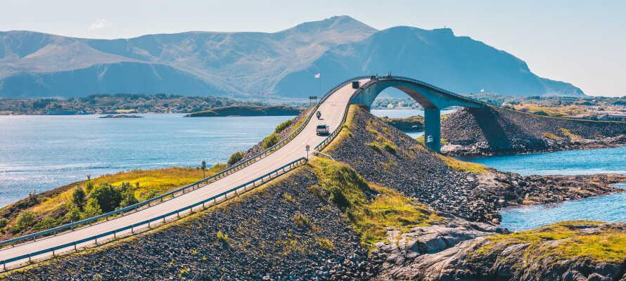 Die Atlantikstraße verbindet Averøy mit dem Festland und kreuzt viele Inseln über acht Brücken. Die Gesamtlänge beträgt 8274 Metern.