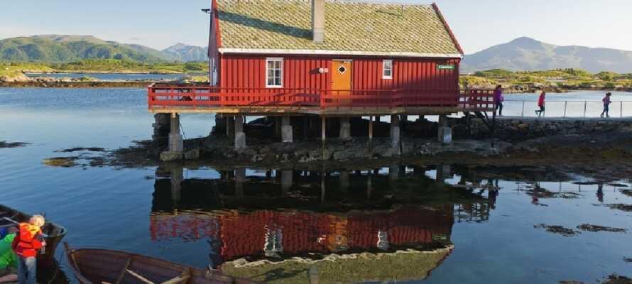 Wie wäre es mit einem echten norwegischen Fischerdorf aus dem 18. Jahrhundert? Rot bemalte Holzhäuser mit Originalbrauereien, Fischerhütten und Bäckereien bezaubern die meisten Besucher.