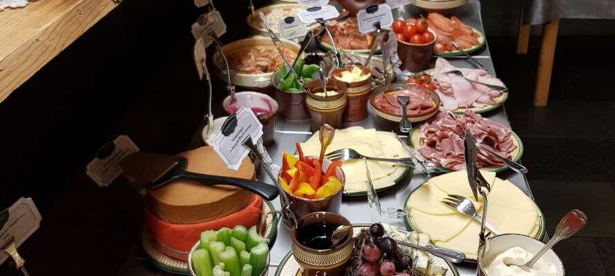 Stå op til en skøn morgenbuffet som har fået stor ros af det prominente rejseforlag, Lonely Planet