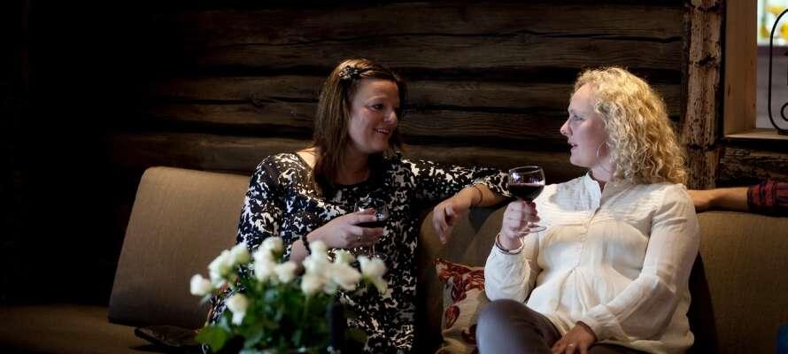 Nyd den rolige atmosfære med et glas vin i hotellets charmerende omgivelser