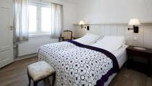 Hotellets værelser er individuelt indrettet og tilbyder alle hyggelige rammer for opholdet