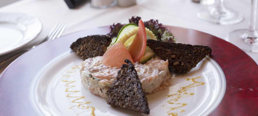 Hotellets restaurant byder på god solid kromad i hyggelige og indbydende rammer.