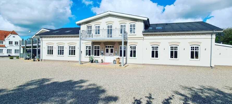 Nyd en miniferie i hjertet af det sønderjyske, og få meget værdi for pengene på Hotel Kløver Es.