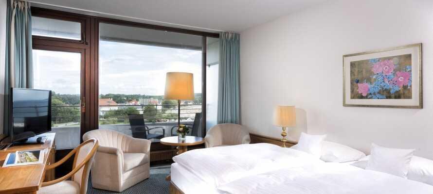 Die modernen, hellen Hotelzimmer haben alle einen eigenen Balkon mit Aussicht auf die schöne Umgebung