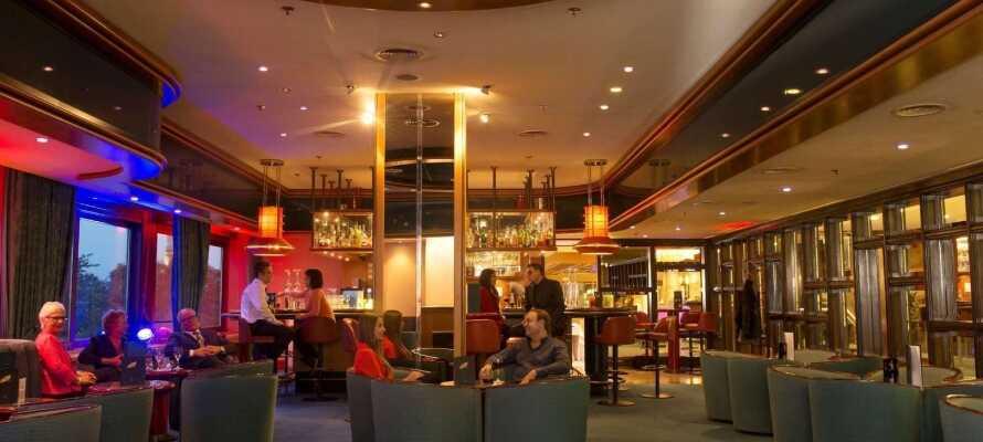 Hotellbaren byr på drinker, øl, snacks og musikalske innslag om kvelden