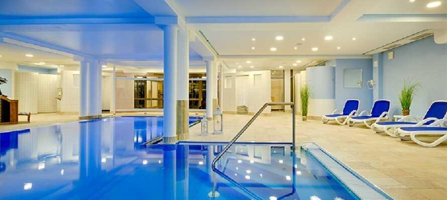 Hotellet har et oppvarmet innendørs svømmebasseng, hvor dere kan nyte en dukkert.