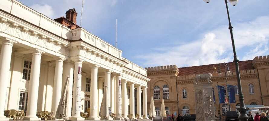 Strosa i Schwerins stadsdel och njut av dess skönhet. Kika gärna närmare på det eleganta rådhuset.
