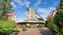 Den tilhørende vindmøllen danner rammen for hotellets hyggelige restaurant.