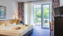 Die hellen Zimmer des Hotels bieten Zugang zu einem Wintergarten oder einem Balkon.