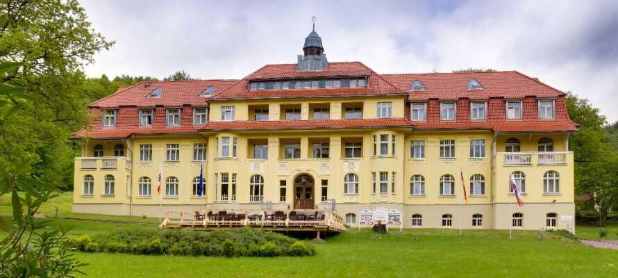 Das wunderschöne historische Gebäude befindet sich in einer atemberaubenden Umgebung.