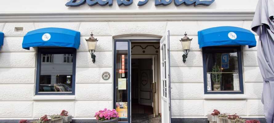 Bechs Hotel ligger centralt i den vestjyske by Tarm og tilbyder et godt udgangspunkt for både natur- og kulturelle oplevelser.