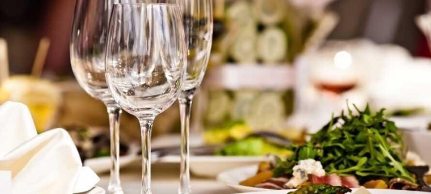 Hotellets restaurant er hyggeligt indrettet og indbyder til et par rolige timer med middagen.