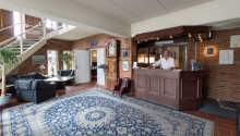 Ejer Finn Larsen byder velkommen på Bechs Hotel