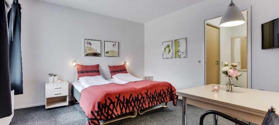Find Jer tilrette på et af de indbydende værelser. Der er også mulighed for at opgradere til et værelse med tekøkken.