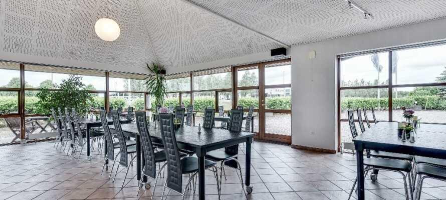 Hotellet har sin egen restaurant baseret på det traditionelle danske køkken og årstidens produkter.