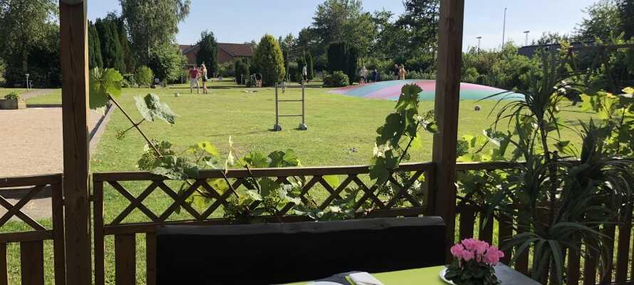 I den store skønne lukkede have finder I både legeplads, hoppepude, 18 hullers compact golfbane og en hyggelig overdækket terrasse.