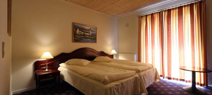 Alle hotellets dejlige værelser har eget badeværelse og adgang til egen terrasse
