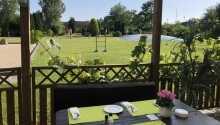 Bei schönem Wetter kann man auf der gemütlichen Terrasse essen.
