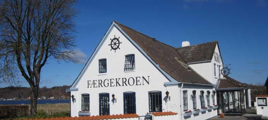 Hadsund Færgekro är idylliskt beläget vid Mariager Fjord, i den lilla fjordstaden Hadsund.