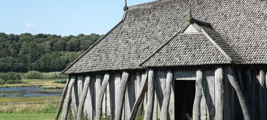 Besök vikingaborgen Fyrkat där ni kan besöka de rekonstruerade husen och den legendariska ringborgen