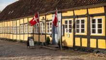 Postgaarden hälsar er varmt välkomna till en unik historisk byggnad i den charmiga köpstaden Mariager
