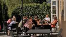 Sommartid kan ni slappna av med en kall öl eller ett glas vin på den trevliga terrassen