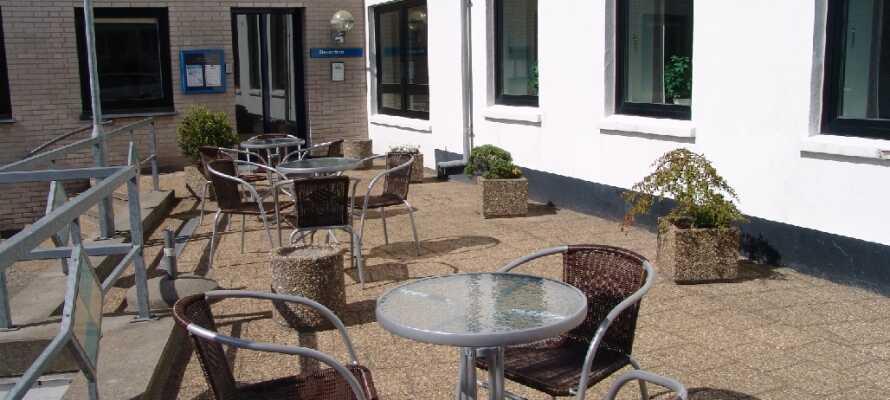 Entspannen Sie und genießen Sie einen ruhigen Moment auf der gemütlichen Terrasse des Hotels.