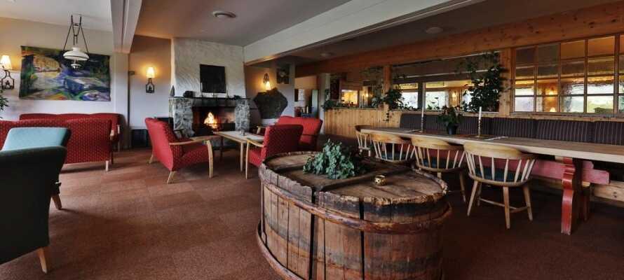 Efter en spændende dag i den smukke natur kan I slappe af foran pejsen i hotellets lounge