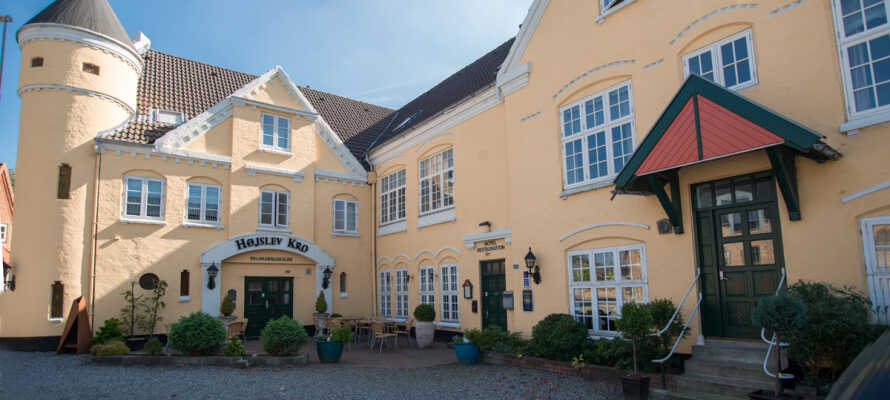 Tag et herligt ophold på den historiske Højslev Kro, som ligger nær Limfjorden, og kendes på sit karakteristiske runde tårn.