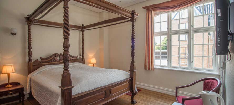 Kroens værelser er indrettet i forskellige temaer, og tilbyder alle hyggelige og komfortable rammer for opholdet.