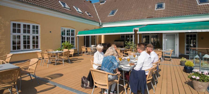 Når været er bra kan du glede deg over livet med en forfriskning på den store, flotte terrassen.