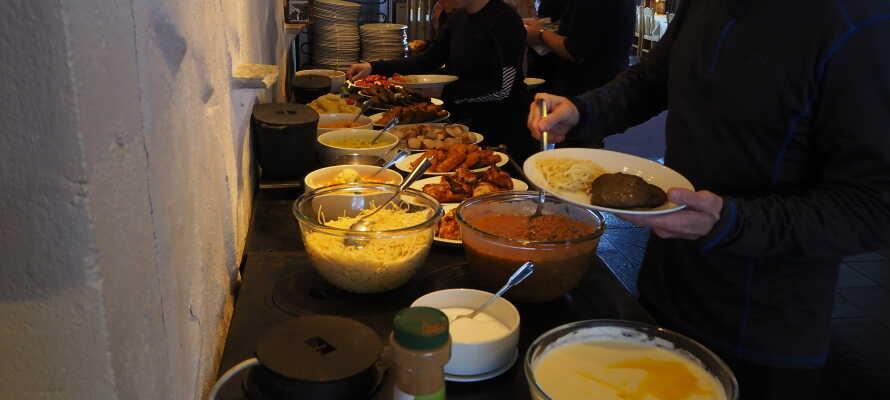 Halvpension med kaffe og kage er inkluderet, og restauranten serverer dejlig både morgen- og aftensmad.