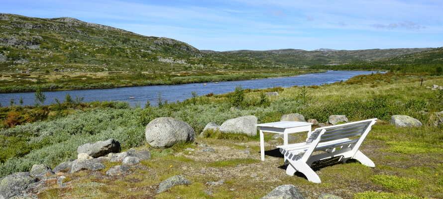 Panoramablick über die Berge und Täler vom Hardangervidda mit Holmevannet.