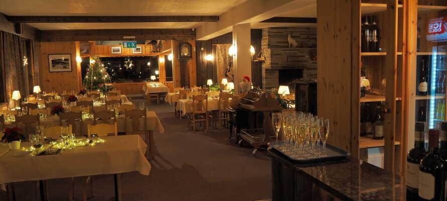 Avnjut god mat och dryck i den trevliga restaurangen på hotellet.