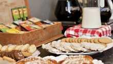 Börja dagen med den smakliga och varierande frukostbuffén, som avnjuts i hotellets trevliga frukostmatsal.