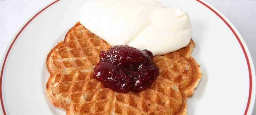 Von 16:00 bis 21:00 Uhr können Gäste ihre eigenen Waffeln zubereiten und mit Marmelade oder Schlagsahne genießen.