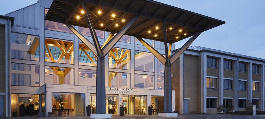 Det elegante hotel er tegnet af Kim Utzon Arkitekter og indrettet ved designeren, Mikael Mammen, og tilbyder et højt komfortniveau.