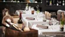 Her serveres udsøgte aftenmåltider i flotte og hyggelige rammer i restauranten.